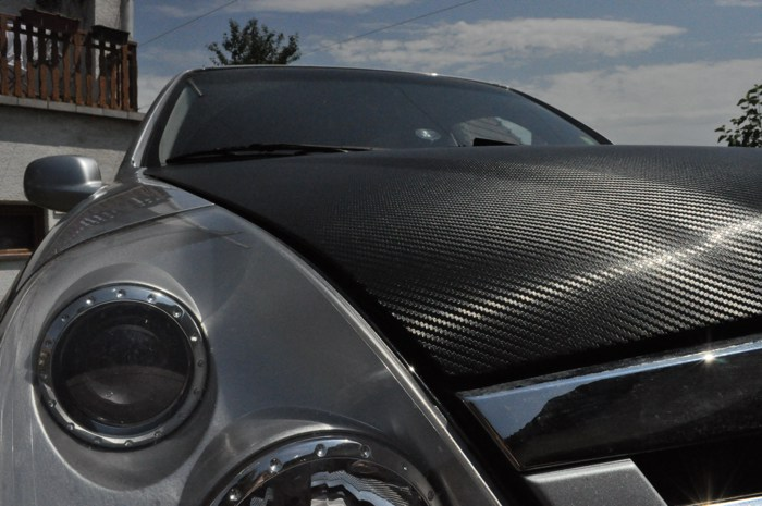 karbon motorház dekoráció